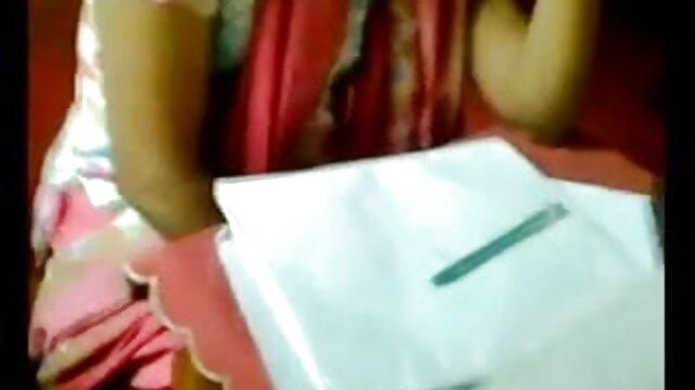 तेल से सना हुआ बदन और सेक्सी मूवी पिक्चर हिंदी में चूत में उँगलियाँ